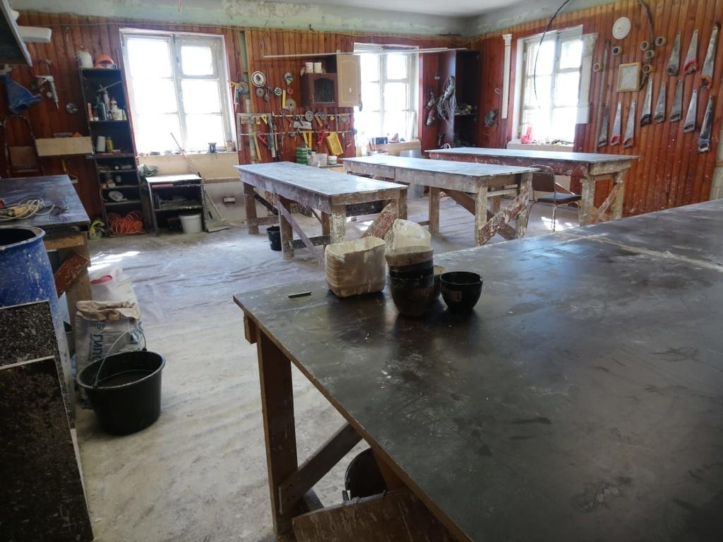Цех изготовления. Рабочие столы для работы с гипсом.