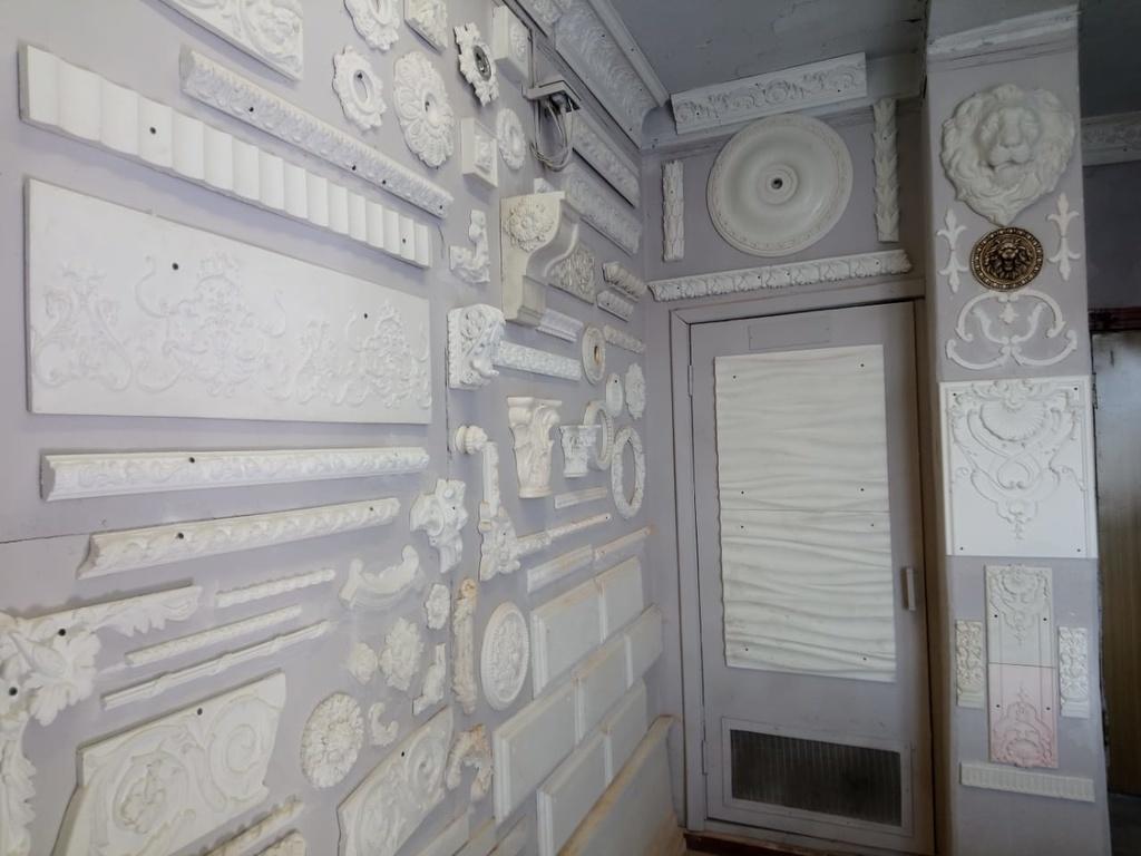 Стена с образцами гипсового декора.